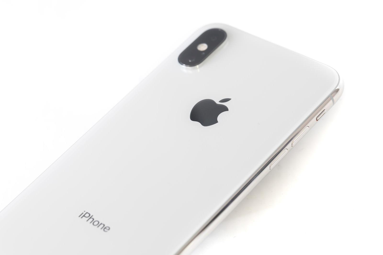 「 iPhone XS Max ホワイトの背面」の写真
