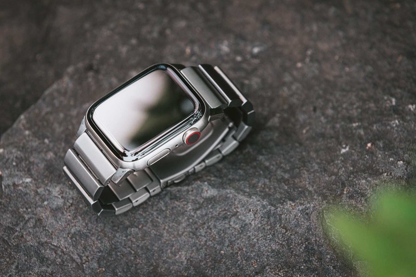 「Apple Watch Series 5(チタン製)」の写真