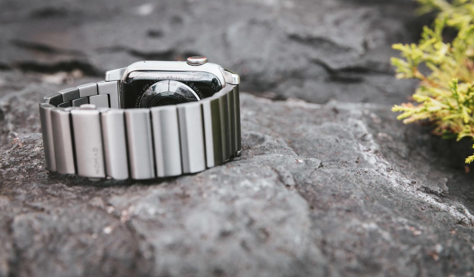 「Apple Watch のチタンベルト」の写真