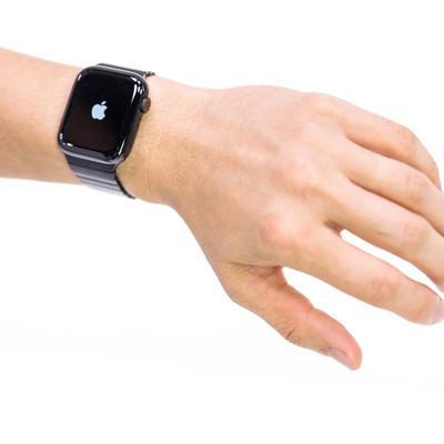 Apple Watch Series 4 を取り付けた腕の写真