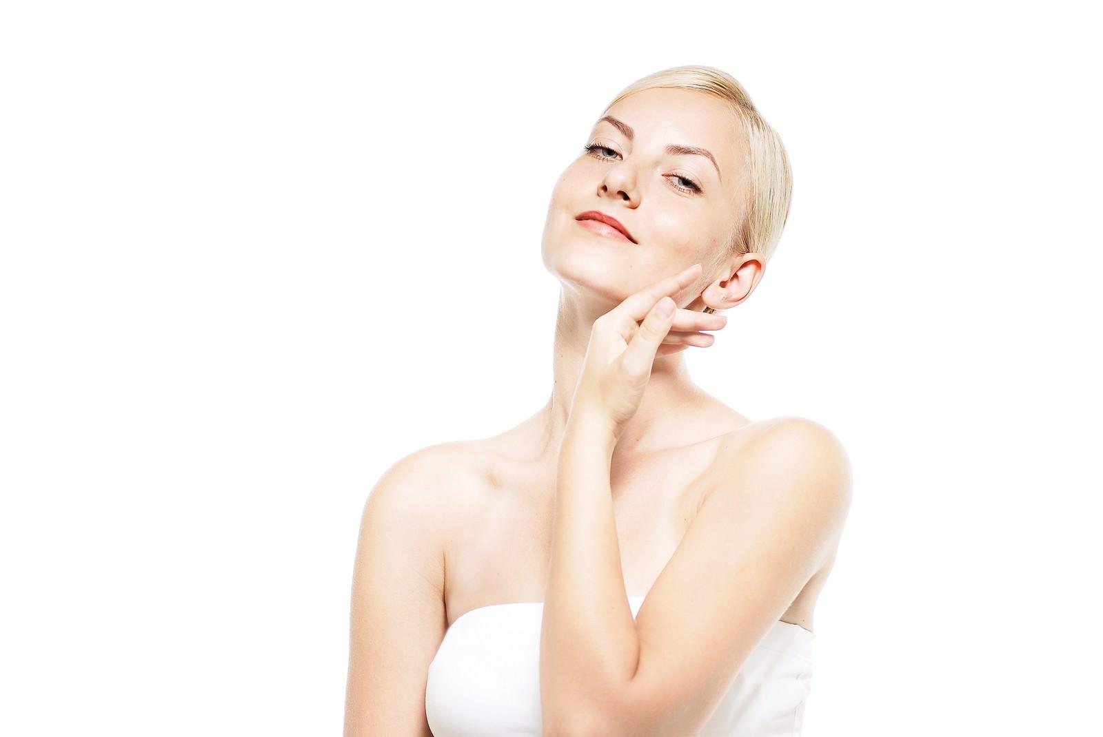 「透き通る肌を強調する女性(美容・エステ)」の写真[モデル:モデルファクトリー]