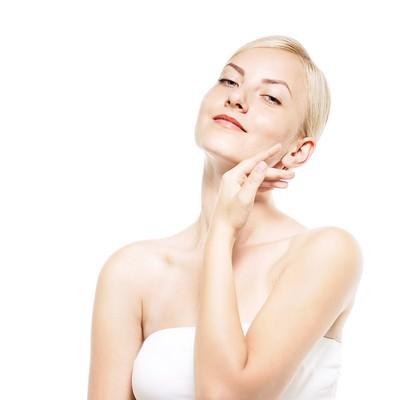 「透き通る肌を強調する女性(美容・エステ)」の写真素材