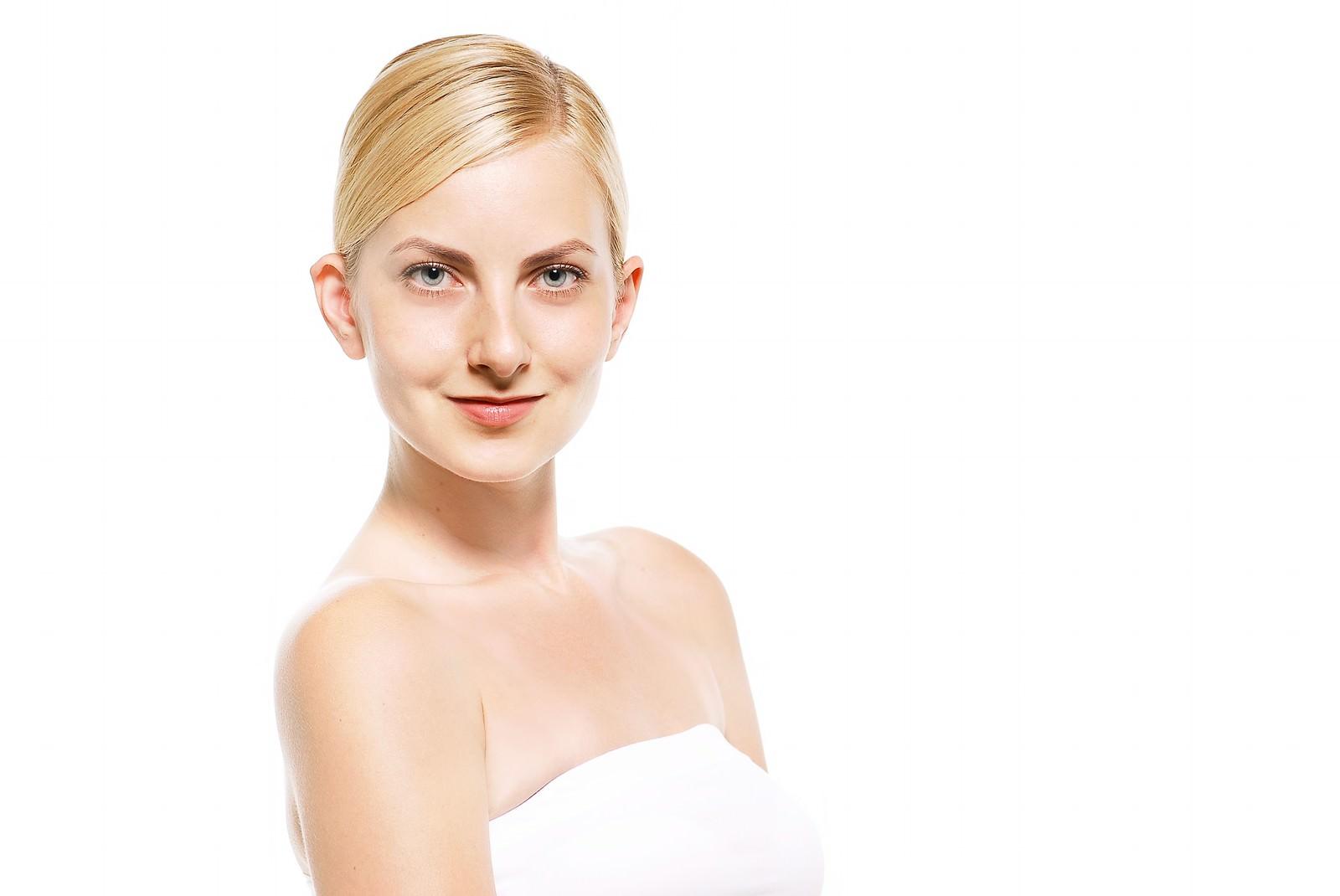 「正面を見つめる外国人の女性」の写真[モデル:モデルファクトリー]