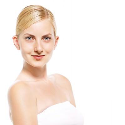 正面を見つめる外国人の女性の写真