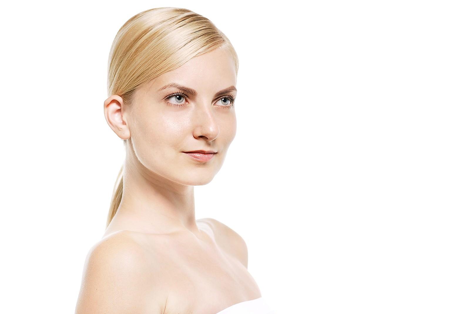 「見上げる金髪の外国人女性(美容)見上げる金髪の外国人女性(美容)」[モデル:モデルファクトリー]のフリー写真素材を拡大