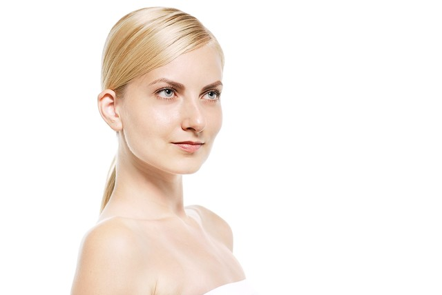見上げる金髪の外国人女性(美容)の写真