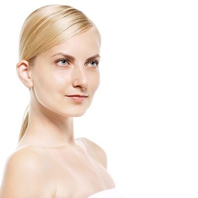 「見上げる金髪の外国人女性(美容)」の写真素材
