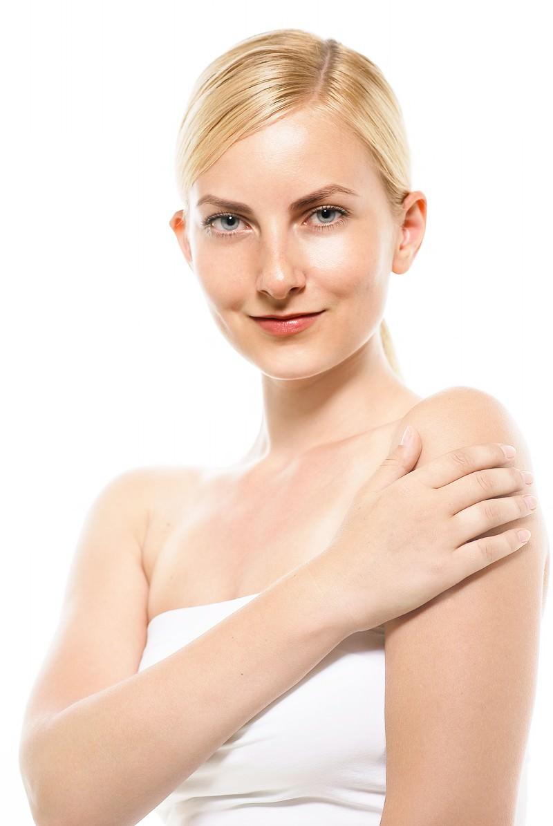 「腕に触れながら微笑む女性」の写真[モデル:モデルファクトリー]