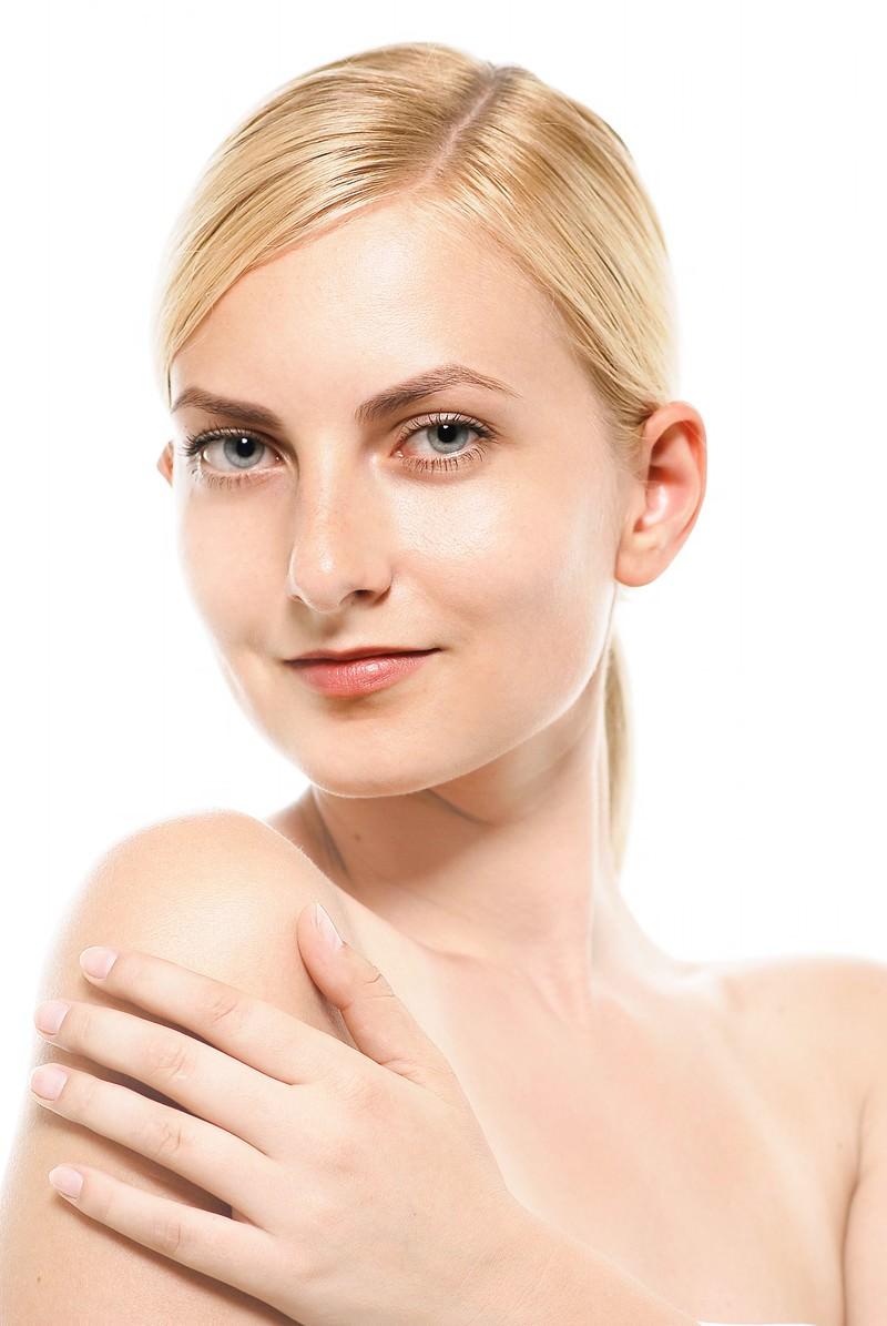 「スリムな体を魅せるのモデルの外国人女性」の写真[モデル:モデルファクトリー]