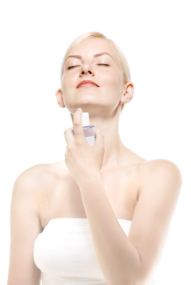 化粧水を使う女性(美容)の写真