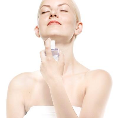 「化粧水を使う女性(美容)」の写真素材
