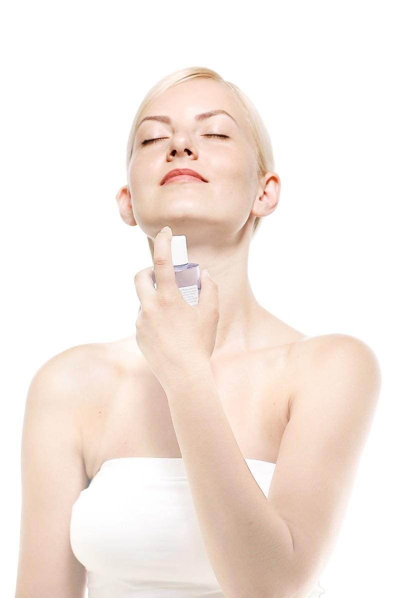 「化粧水を使う女性(美容)」の写真[モデル:モデルファクトリー]
