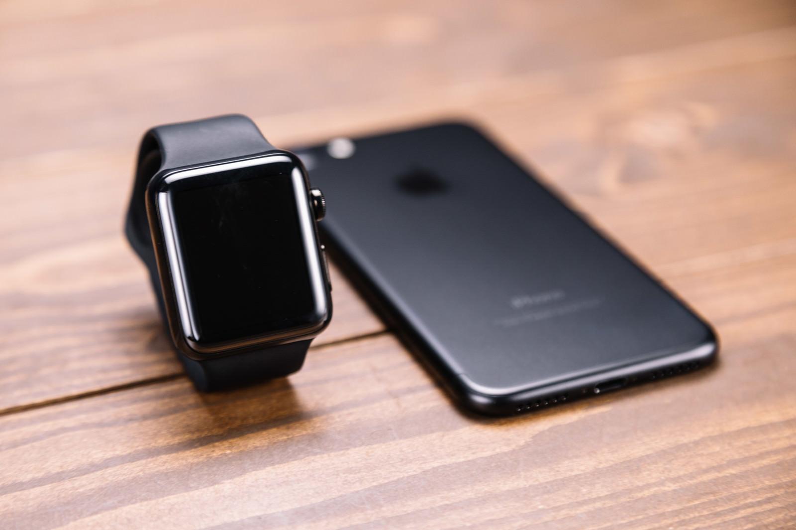 「新型スマートフォンとスマートウォッチ」の写真