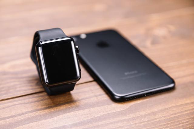 新型スマートフォンとスマートウォッチの写真