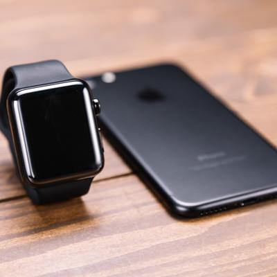 「新型スマートフォンとスマートウォッチ」の写真素材