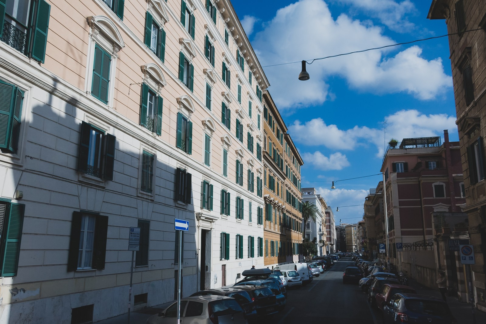 「イタリアのマンション街   写真の無料素材・フリー素材 - ぱくたそ」の写真