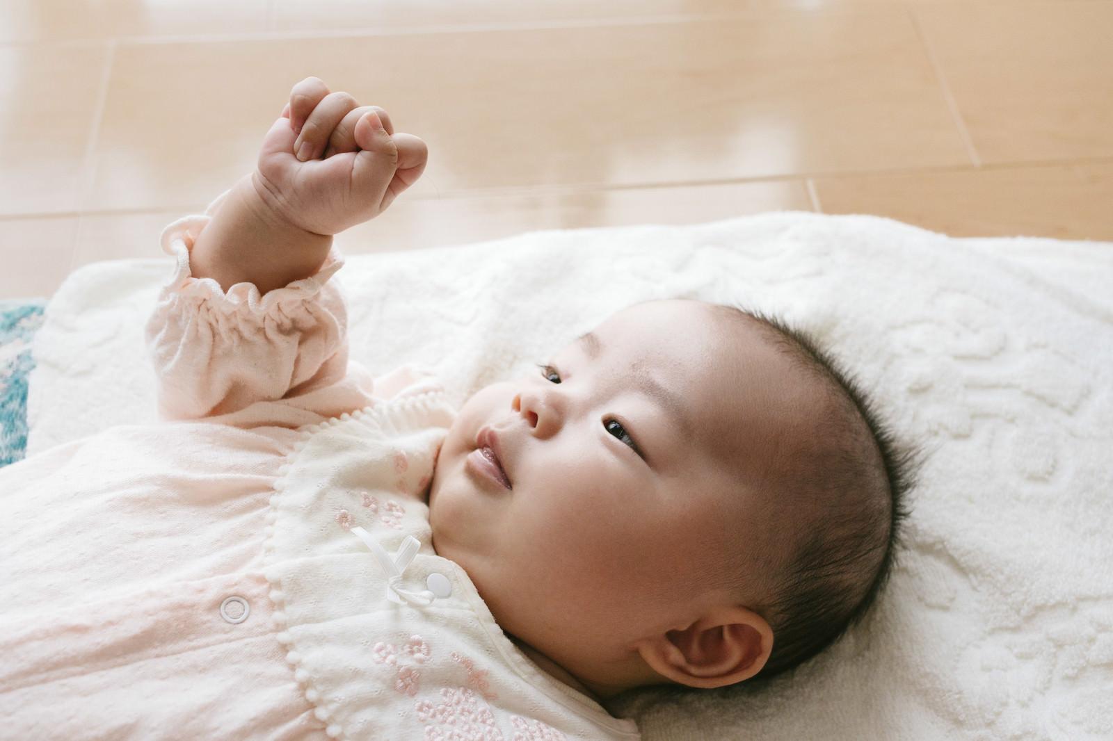「グーパーする乳幼児」の写真