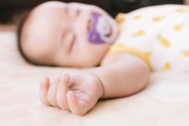 赤ちゃんのむっちりな手の写真