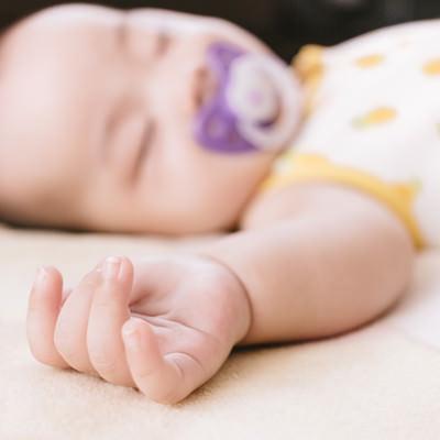「赤ちゃんのむっちりな手」の写真素材