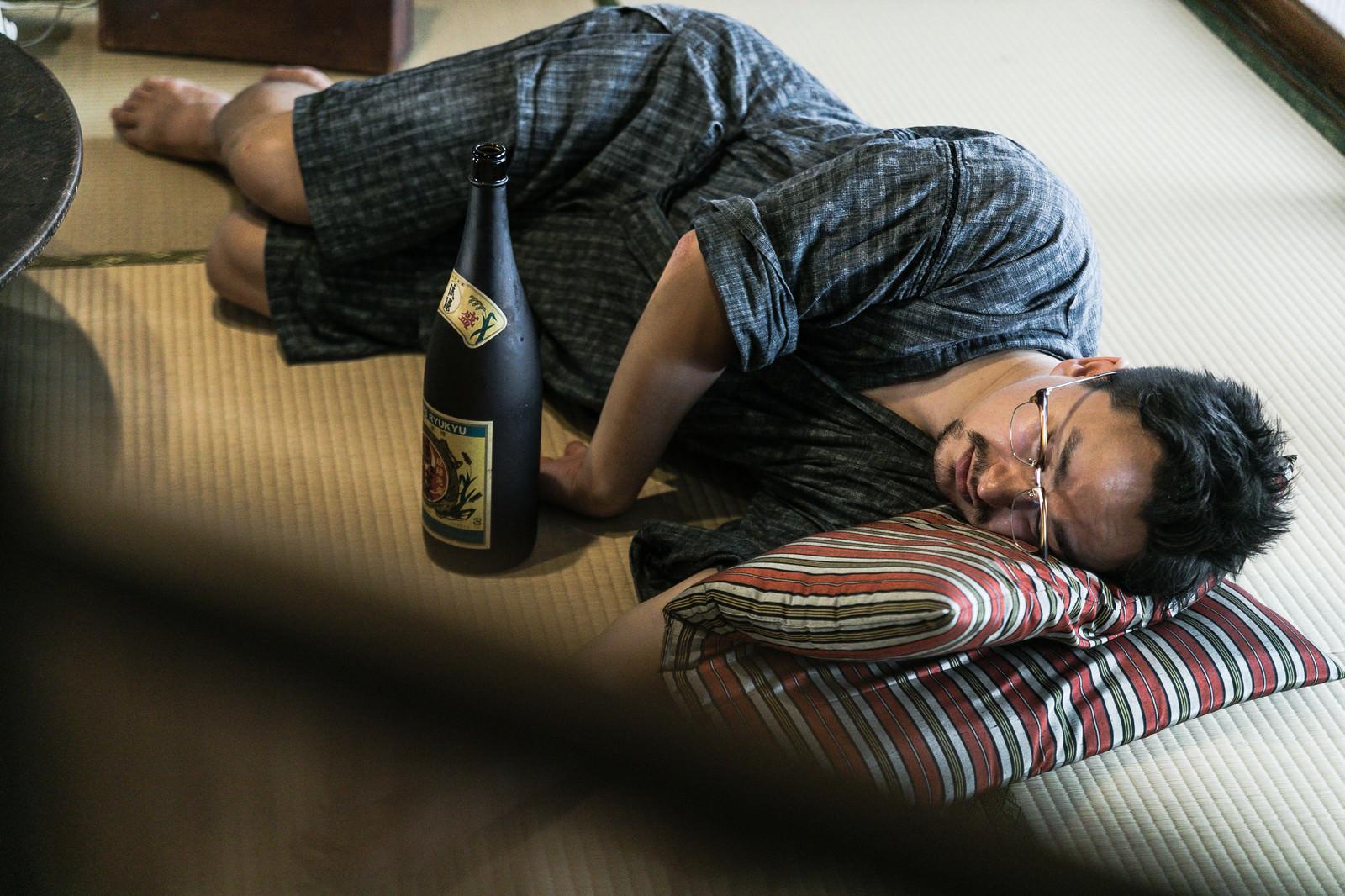 「お酒を飲みすぎて畳の上で寝落ちする外国人(ドイツ人ハーフ)」の写真[モデル:Max_Ezaki]