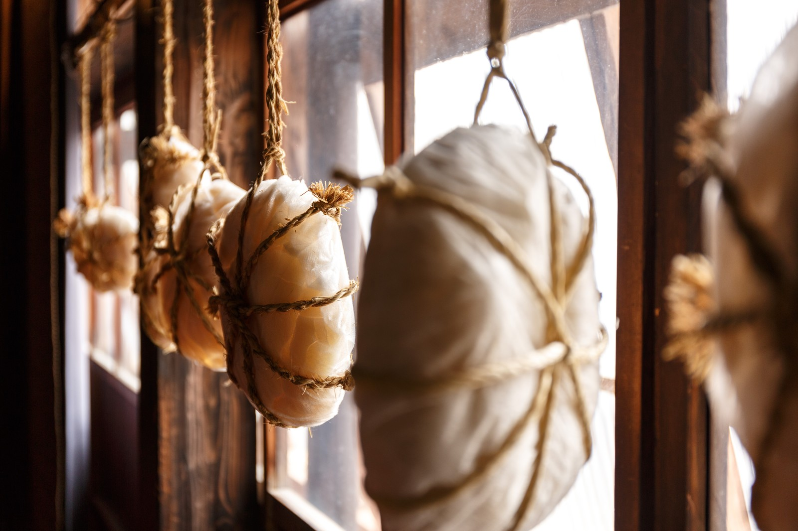 「窓辺に吊り下げられた餅」の写真