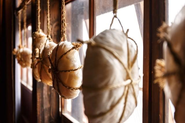 窓辺に吊り下げられた餅の写真