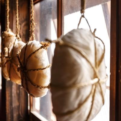 「窓辺に吊り下げられた餅」の写真素材