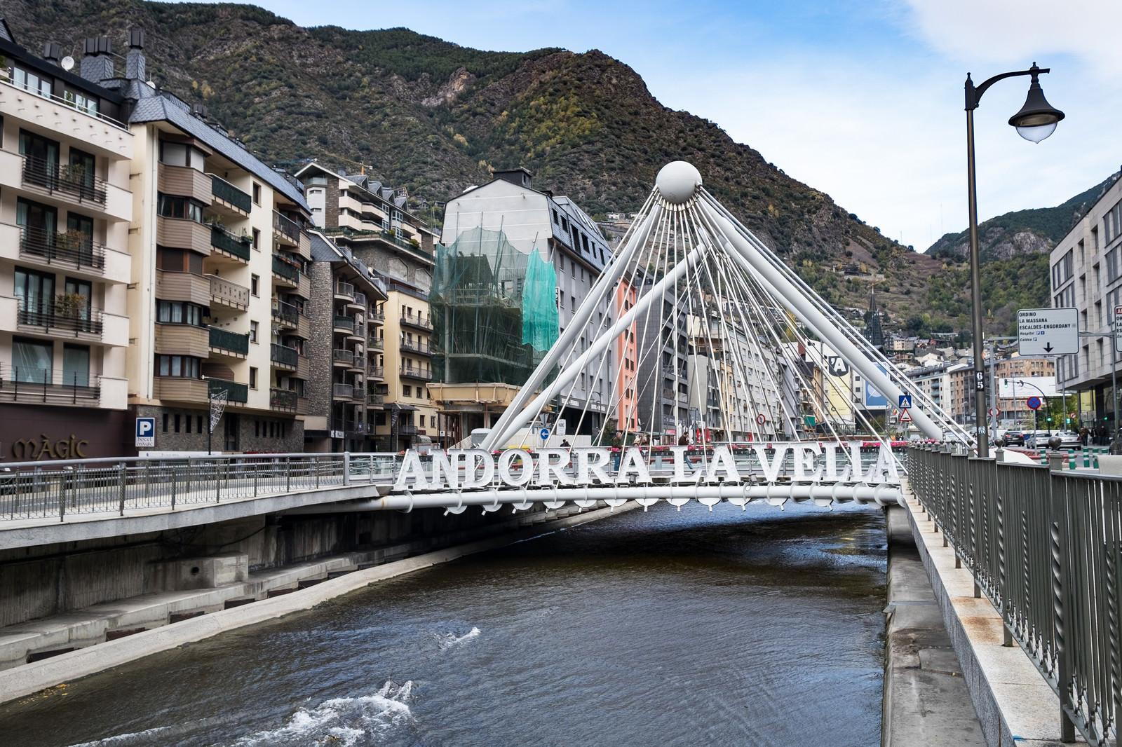 「アンドラ公国中心部の橋」の写真