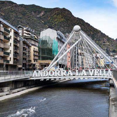 アンドラ公国中心部の橋の写真