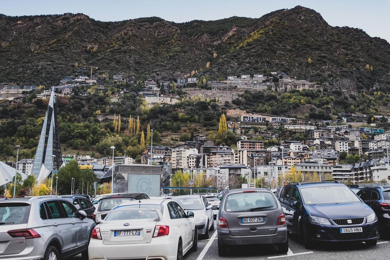 「山に囲まれるアンドラ公国と駐車場」の写真