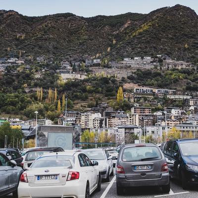 山に囲まれるアンドラ公国と駐車場の写真