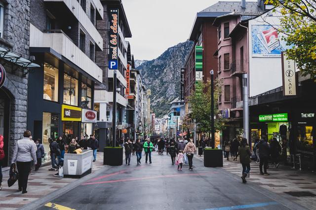 観光客で溢れるアンドラ公国の首都部の写真