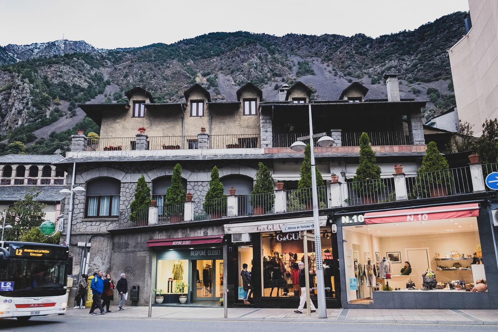 「山に囲まれた観光地のショップ」の写真
