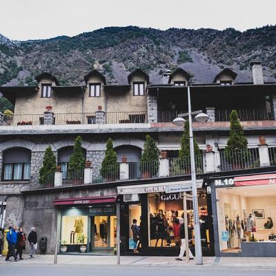 山に囲まれた観光地のショップの写真