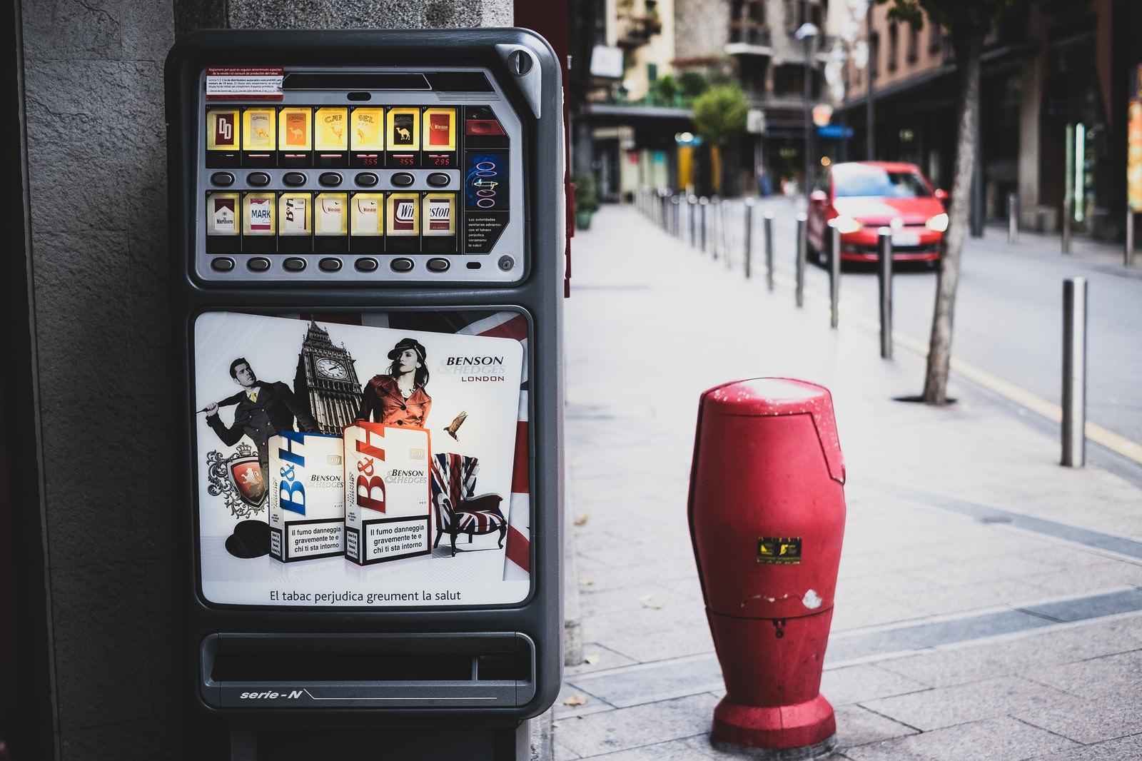 「海外の街中に設置された煙草の自販機」の写真