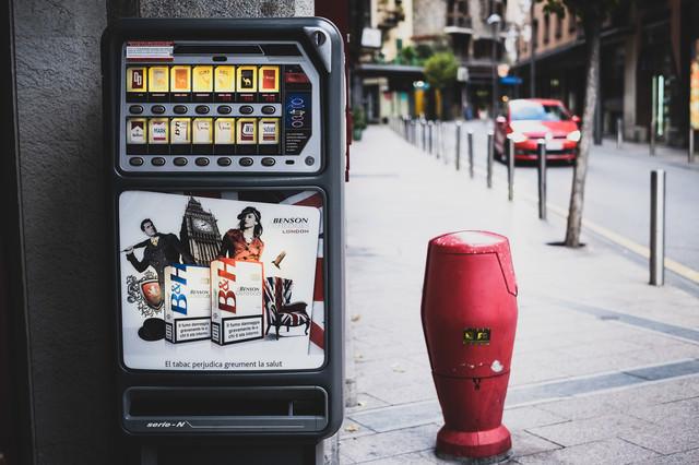 海外の街中に設置された煙草の自販機の写真