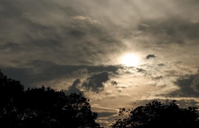 日が落ちる空の写真