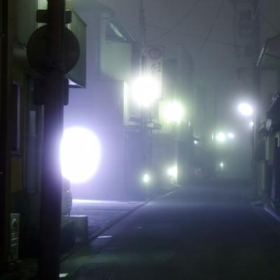霧が出た夜道の写真