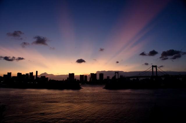 幻想的な空、東京湾のマジックアワーの写真