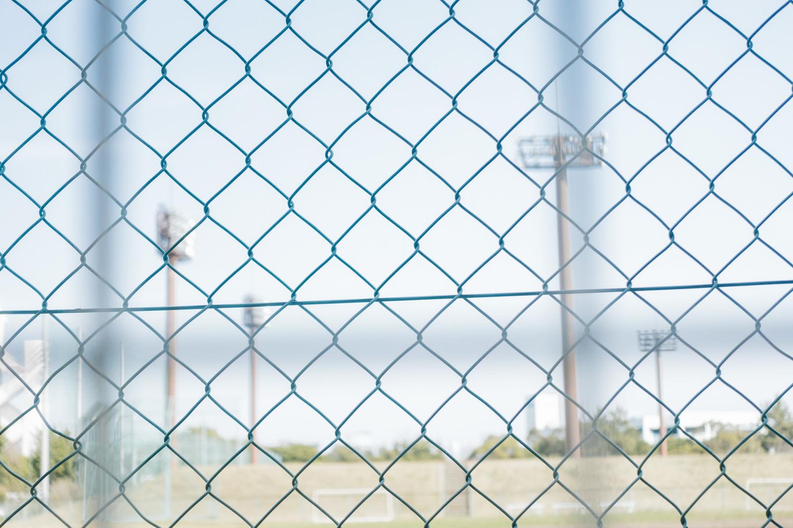 「金網と野球場」の写真
