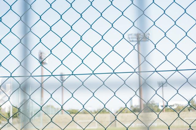 金網と野球場の写真