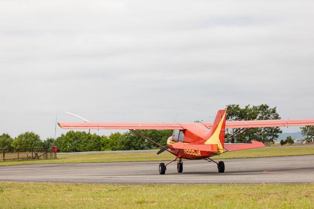 滑走路を走る小型飛行機(美唄スカイパーク)の写真
