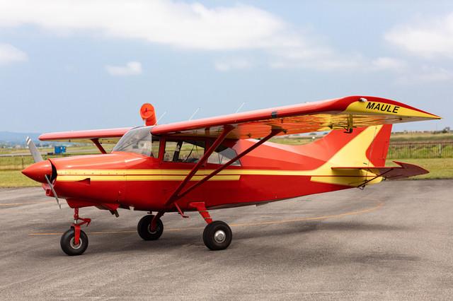 赤いプロペラ機の写真