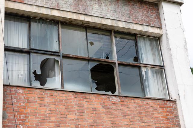 割れた窓ガラスの写真