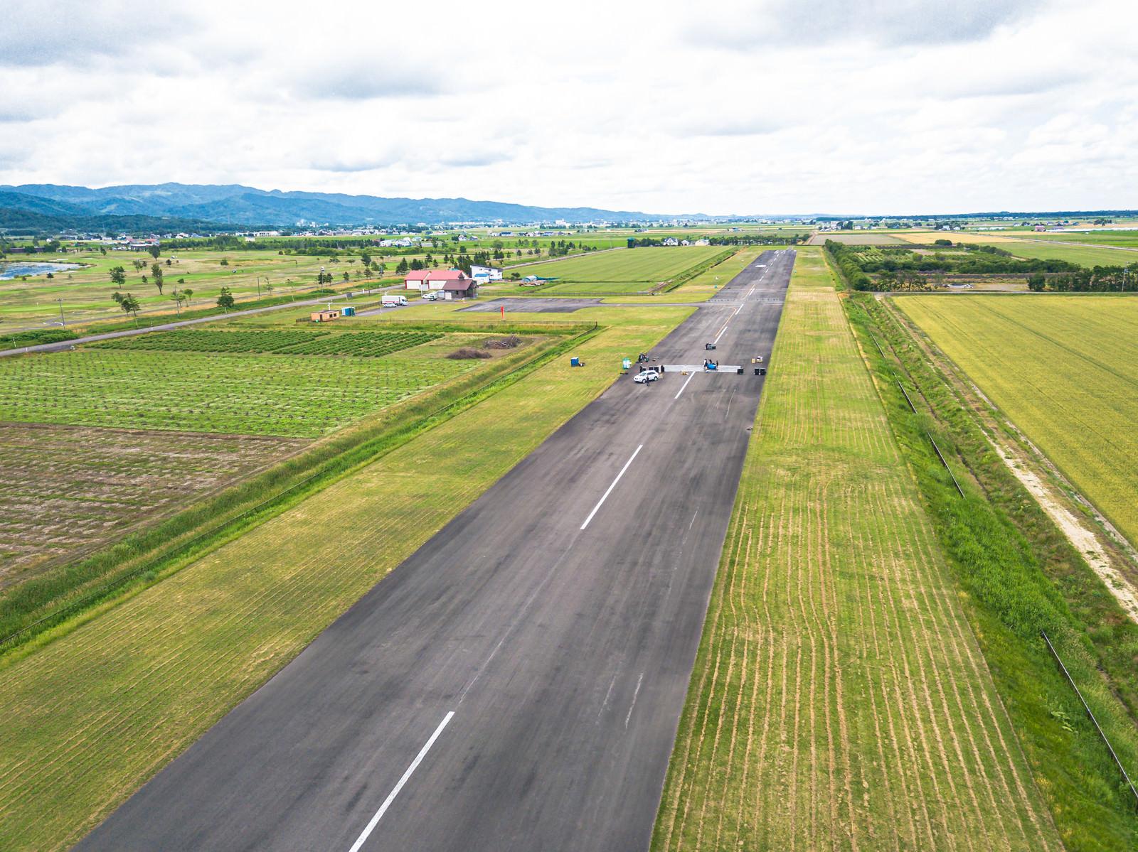 「一直線の滑走路(美唄市農道離着陸場)」の写真