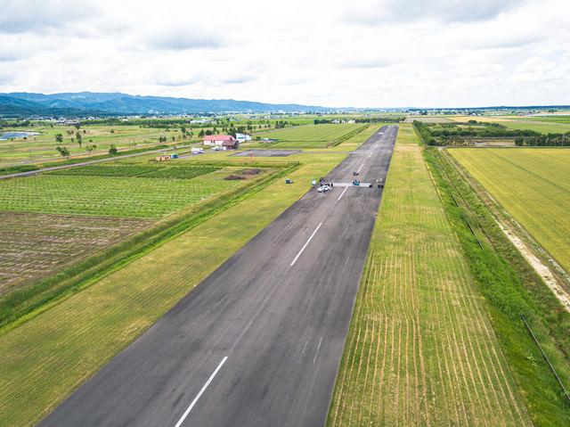 一直線の滑走路(美唄市農道離着陸場)の写真