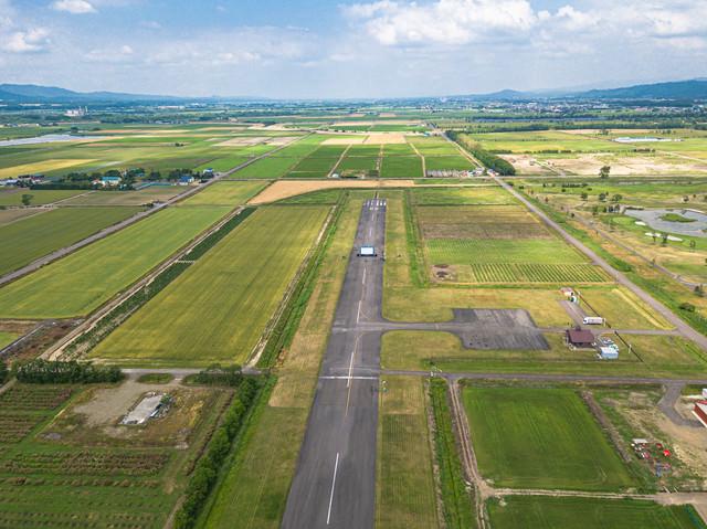 美唄市農道離着陸場の上空から滑走路上の巨大スクリーンの写真