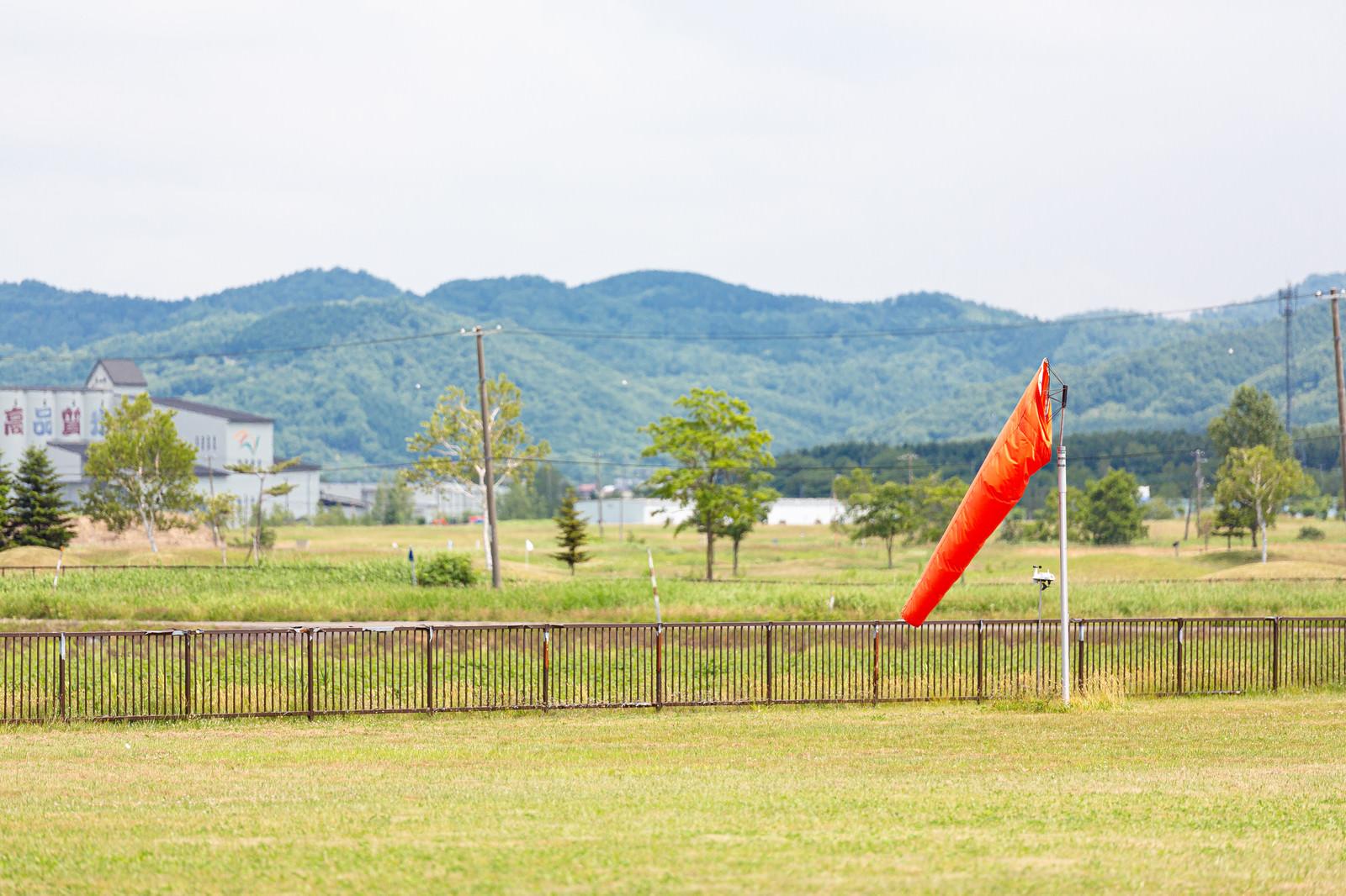 「美唄市農道離着陸場にあった風力・風向きを測定する風速計」の写真