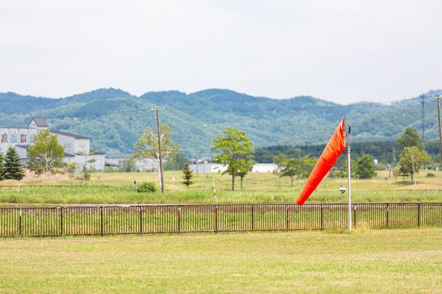 美唄市農道離着陸場にあった風力・風向きを測定する風速計の写真
