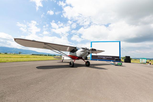 野外シネマと小型の飛行機の写真